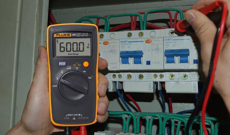 Fluke 101/101Kit 数字万用表 用于基本电气检测,可供民用/商业用电电工以及暖气和空调技术人员使用来进行可靠检测。此款数字万用表小巧轻便,手握舒适。亦坚固耐用,可供您多年日常使用。如果您需要一个经济实惠的专业级万用表,Fluke 101/101Kit 数字万用表是您的最佳选择。 *福禄克公司自2016年3月1日起在中国地区启动中文品牌标识。Fluke 101/106/107率先启用福禄克中文标识。现阶段,新旧包装的产品同时存在,均为福禄克正品,请放心购买。